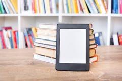 EBook-Leser und buntes Bücherregal stockfotografie