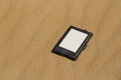 EBook na piaskowatej plaży zdjęcie stock