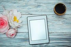 Ebook och exponeringsglas av rött vin och blommor Arkivbilder