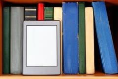 Ebook op boekenrek Stock Foto's