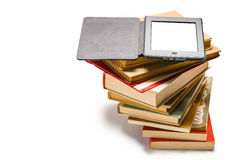 Ebook på stapeln av gammala böcker Royaltyfri Bild