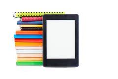 Ebook samman med klassiska pappers- böcker och dagordningbegrepp av n Royaltyfri Bild