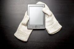 EBook som ligger på de vita handskarna, som, om ligga i händerna av en man Arkivbilder