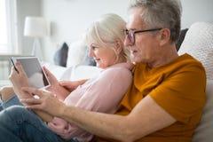 Ebook supérieur heureux de lecture de couples ensemble Photos libres de droits