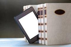 Ebook und alte Bücher auf Tabelle Lizenzfreie Stockbilder