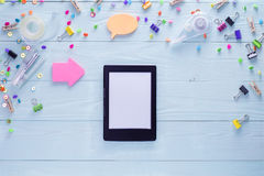 EBook und helle bunte Briefpapiereinzelteile Lizenzfreies Stockbild