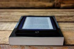 Ebook vs boken Royaltyfria Foton