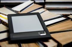 EBook z ekranu bia?ymi k?amstwami na otwartych barwi? ksi??kach w g?r? kt?re k?amaj? na ciemnym tle, zdjęcia stock
