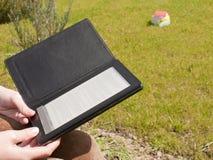 ebookhänder rymde avläsaren Royaltyfri Foto