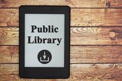Ebooks do fazendo download da biblioteca pública em um e-leitor fotos de stock royalty free