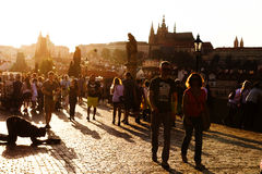 Żebrak i turyści na Charles moscie w Praga Fotografia Stock