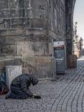 Żebrak przy Charles mostem w Praga Obrazy Royalty Free