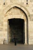 Ebreo ortodosso al cancello del jaffa Immagine Stock Libera da Diritti