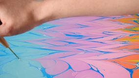 Ebru-Kunst Malende Technik Weibliche K?nstlermalerei ebru Technik - Kunst auf Wasser Zeichnung mit der Bürste gefolgt vom Papier stock footage