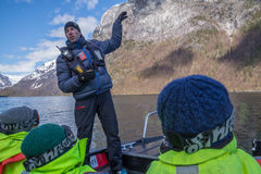 Żebruje łódkowatego operatora wyjaśnia o Norweskich fjords Obrazy Royalty Free