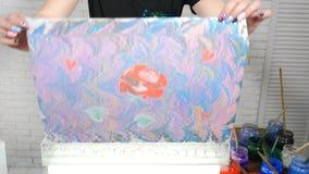Ebry艺术 裱糊的妇女艺术家转移的ebru图片 Ebru?? 在纸的抽象油漆 五颜六色的斑点 股票视频