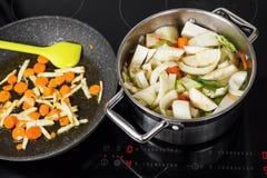 Ebulição da sopa vegetal no potenciômetro no fogão Imagens de Stock