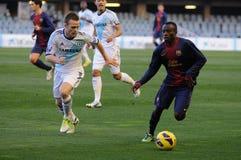 Ebwelle (recht) spielt mit F.C. Barcelona Jugendteam gegen Todd Kane (verließ) Stockbild