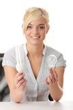 Ecólogo adolescente da menina que compara bulbos Fotos de Stock