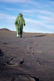 Ecólogo científico nos macacões no deserto fotografia de stock royalty free