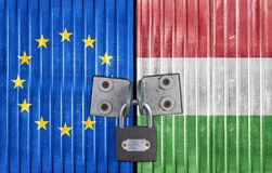 EC и Венгрия сигнализируют на двери с padlock Стоковая Фотография RF