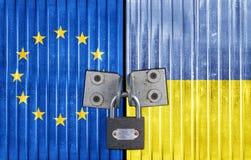 EC и Украина сигнализируют на двери с padlock Стоковые Фотографии RF