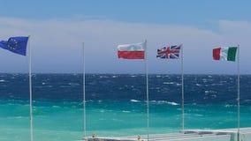 EC, Польша, Британия, Италия сигнализирует развевать в морском бризе, международное сотрудничество сток-видео