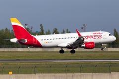 EC-LYE Iberia Aerobus A320-200 samolotu Ekspresowy lądowanie na pasie startowym Zdjęcie Stock