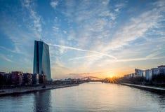 ECB i Frankfurt - f.m. - strömförsörjning, Deutschland på morgonsoluppgång Royaltyfri Foto