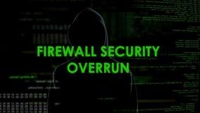 Eccedenza di sicurezza della parete refrattaria, pirata informatico che ottiene accesso a segretezza, attacco di Internet stock footage