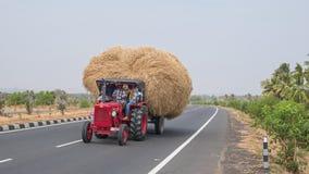 Eccessivo carico agricolo sul movimento fotografia stock