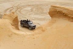 Eccitando fuori dal drivig della strada in un pozzo di conquista della sabbia Fotografie Stock