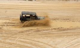 Eccitando fuori dal drivig della strada in un pozzo di conquista della sabbia Immagini Stock Libere da Diritti