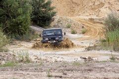 Eccitando fuori dal drivig della strada in un pozzo di conquista della sabbia Fotografie Stock Libere da Diritti