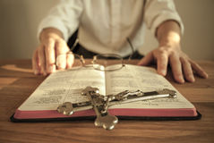 Ecclésiastique avec le livre de prière et le crucifix aucun 2 photos stock