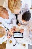 ECG analiza drużyną lekarki zdjęcia stock