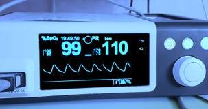 Ecg dell'elettrocardiogramma in chirurgia dell'ospedale che opera il pronto soccorso che mostra frequenza cardiaca paziente, sani stock footage