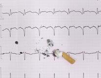 ECG et mégot. Le tort du fumage, photographie stock