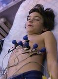 Ecg-Test auf Jugendlichkinderjungenabschluß herauf Foto Lizenzfreies Stockfoto