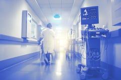 ECG und Ultraschallüberwachung der Herzfunktion mit dem Blitzen Stockfoto