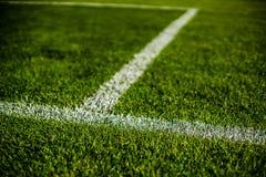 Echada colorida brillante verde de la hierba del stafium del fútbol, cierre para arriba con el bokeh hermoso foto de archivo libre de regalías