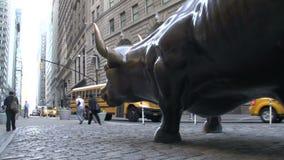 Eche a un lado de la Bull de carga en Wall Street en Manhattan, New York City, los E.E.U.U. almacen de video