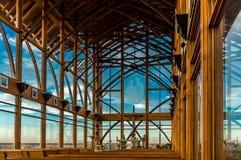 Eche a un lado dentro de vista de una iglesia emparedada vidrio Foto de archivo libre de regalías