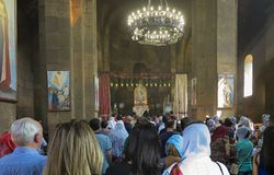 Echmiadzin,亚美尼亚, 2017年9月17日:祷告在教会里  库存照片