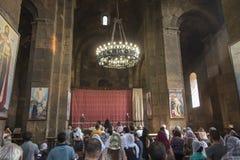 Echmiadzin, Armenia, Wrzesień 17, 2017: Modlitwa przed ve obrazy stock