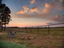 Echo Basin Ranch Campfire bei Sonnenuntergang stockfotos