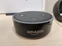 Echo Dot ( 2do Generation) - Altavoz elegante con Alexa - negro encendido Foto de archivo libre de regalías