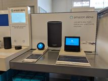 Echo Dot u. x28; 2. Generation& x29; - Intelligenter Sprecher mit Alexa - Schwarzes auf Anzeige stockfotografie