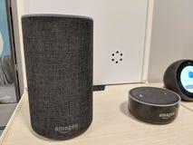 Echo i echo kropka &-x28; 2nd Generation&-x29; - Mądrze mówca z Alexa - Fotografia Royalty Free
