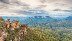 Echo Point, The Three Sisters, Kings Tableland, Kedumba Valley,. Storm gathers over Echo Point, The Three Sisters, Kings Tableland, Kedumba Valley, Mt. Gibraltar Stock Photos